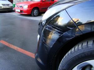 машину поцарапали во дворе